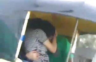 Una ragazza con video porno autobus sottile spilts fa massaggiatore