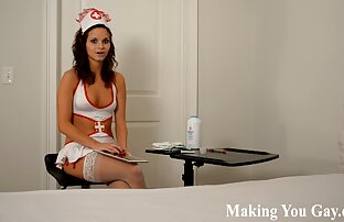La bella video porno cartoon nuda seduta su una sedia e posa