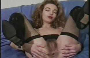 Ragazza dà il suo fidanzato un massaggio, porno e video porno tra fratelli accarezzando il cavallo, pieno di piume